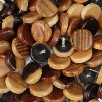 Leseni gumb z vijakom